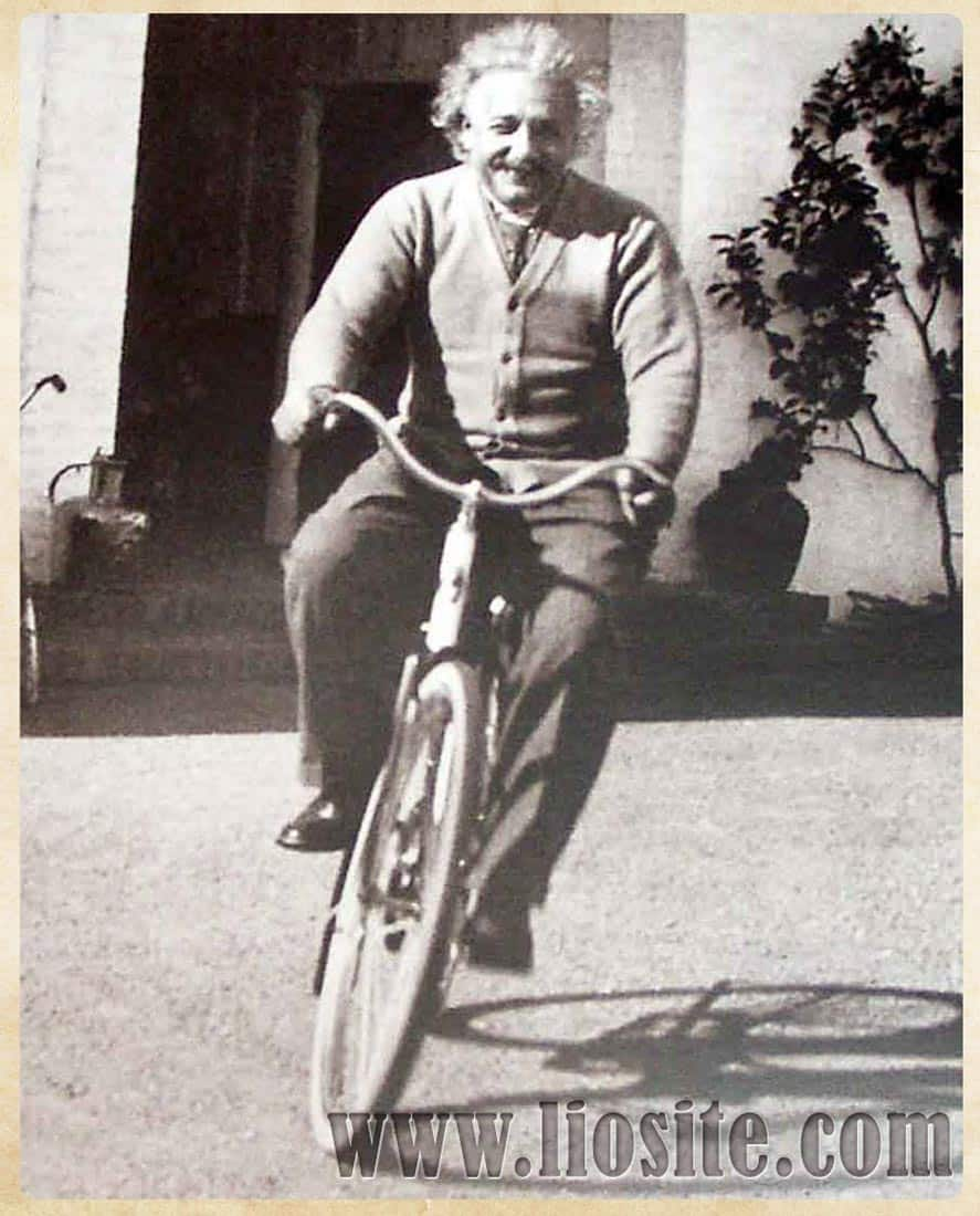 Albert Einstein in bicicletta